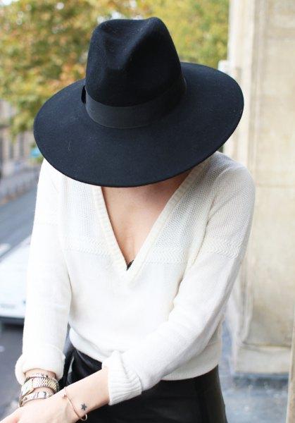 svart filthatt med vit tröja med V-ringning och smala jeans