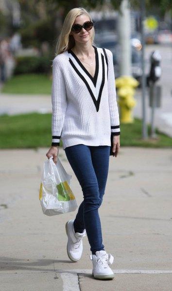 vit och svart ribbad tröja med V-ringning och mörkblå skinny jeans