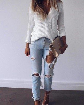 vit oversized V-ringad tröja och blå ribbad jeans med smal passform