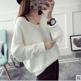 vit, tjock V-ringad tröja och svart filthatt