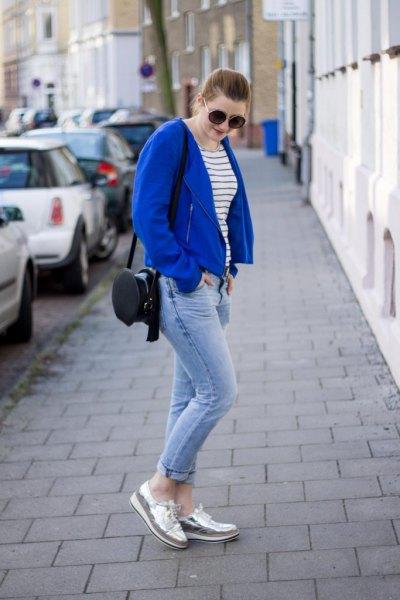 casual blazer i kungsblå med jeans och silver tofflor
