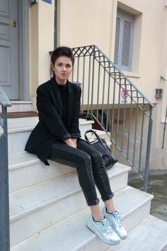 svart ullblazer med läderbyxor och silvermetalliska sneakers