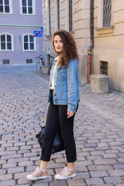 blå jeansjacka med vit skjorta med knappar och sneakers i canvas