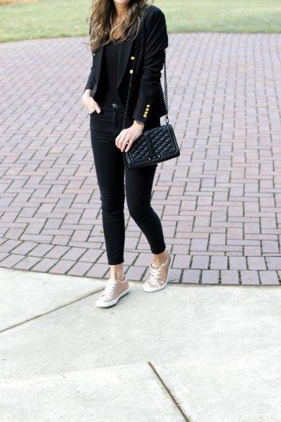 svart kavaj med smala jeans och rosa guld metallic sneakers