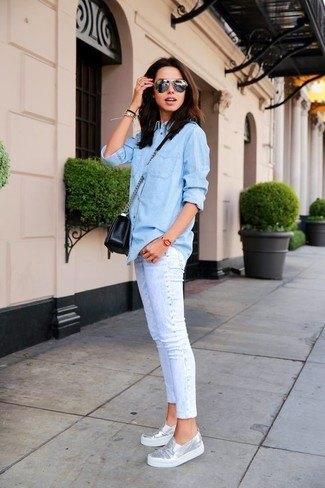 Ljusblå chambrayskjorta med knappar, jeans med smal passform och muddar och metalliska träningsskor