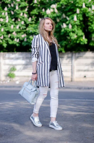 grå och vit vertikal randig långlinjig kavaj med smala jeans
