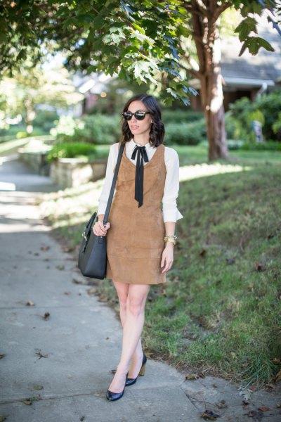 brun mockaskiftklänning över vit rosettskjorta