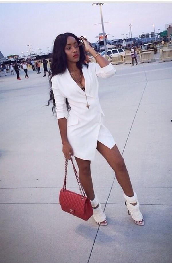vit blazer klänning röd väska