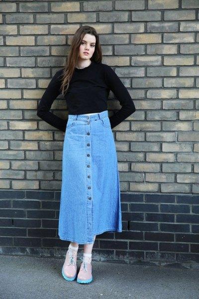 svart, något förkortad topp med klockärmar och blå kjol med lång denimknapp fram