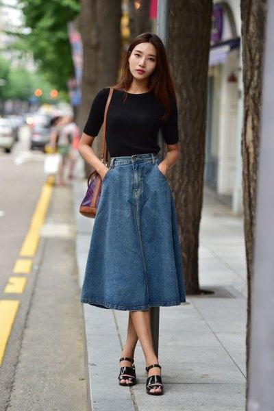 svart kortärmad t-shirt med lång denim kjol och långa sandaler