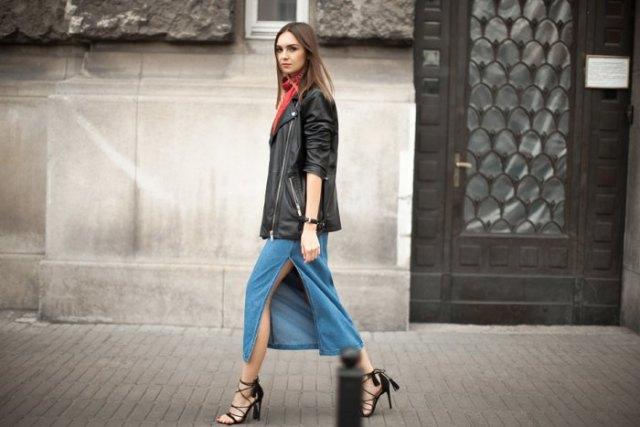svart överdimensionerad läderjacka med blå midi-denim kjol med hög slits