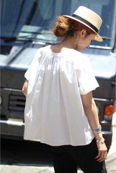 vit kortärmad blus med stråhatt och svarta jeans