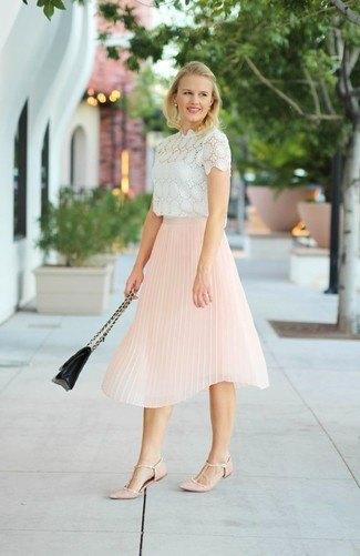 vit spets kortärmad blus med en ljusgul veckad kjol