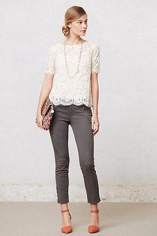 vit kortärmad spetsblus med korsad fåll och grå skinny jeans med anklar