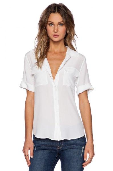 vit kortärmad chiffongskjorta med muddar och mörka skinny jeans