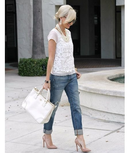 Kortärmad blus av vit spets med smal jeans med gråblå manschetter