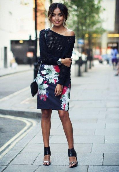 svart stickad tröja med ena axeln och mörkblå penna kjol med blommönster