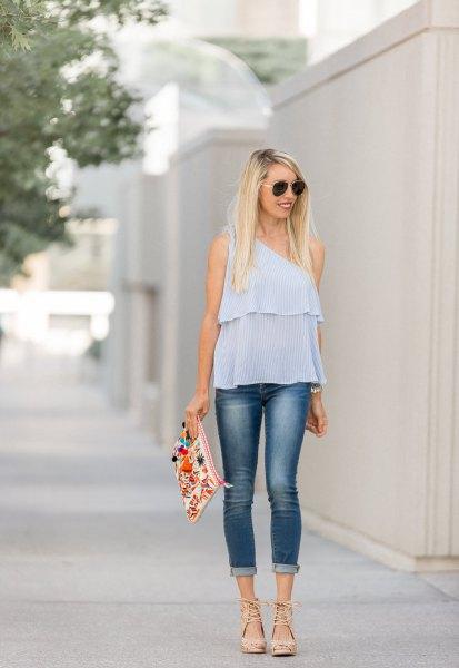 Himmelblå chiffongtopp med smala jeans med muddar