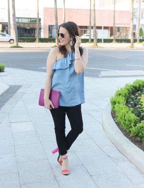 himmelblå ruffle topp med en axel och svarta jeans