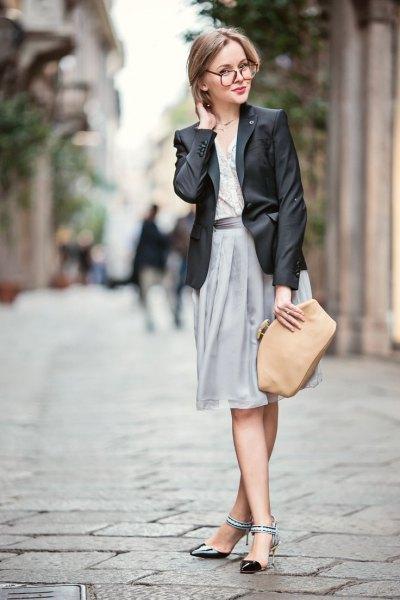 svart läderblazer och grå veckad kjol