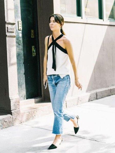 vit korsad blus med ankel jeans och svarta kattunge klackar