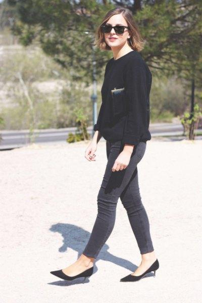 svart tröja och smala jeans