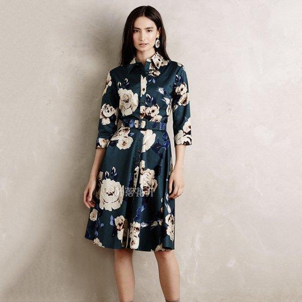 mörkblå och vit skjortklänning med blombälte