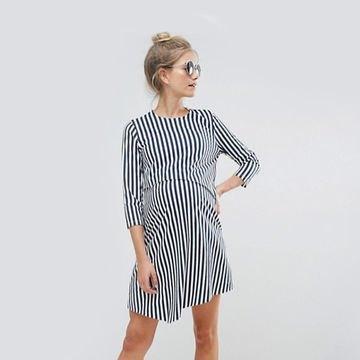 svart och vit vertikal randig skjortklänning