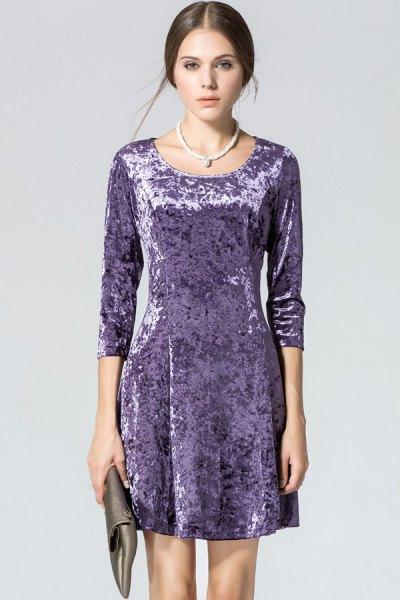 lila sammets miniklänning med tre fjärdedelar