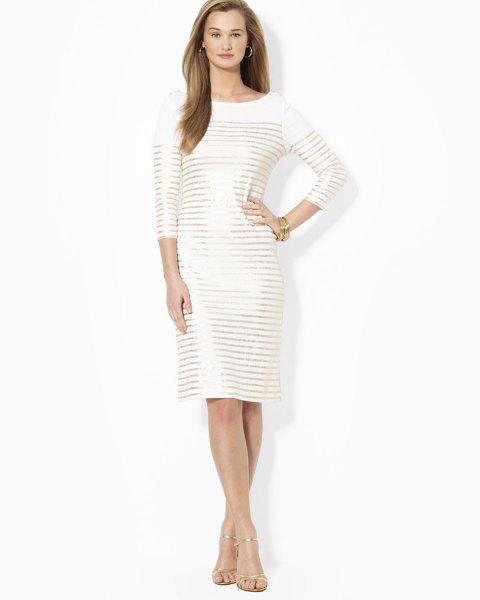 vit trekvartärmad klänning med guld horisontella ränder