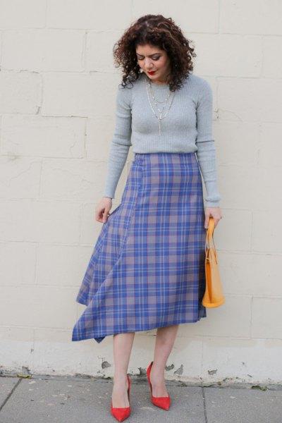tröja med blå och grå midikjol