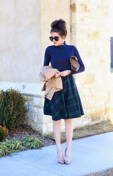 blå mock hals tröja med knälång rutig kjol