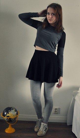 grå kortärmad långärmad t-shirt med leggings och vita sneakers