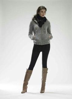 grå tröja med dragkedja, leggings och knähöga stövlar