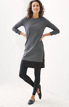 grå tunika långärmad topp med svarta leggings och läderskor