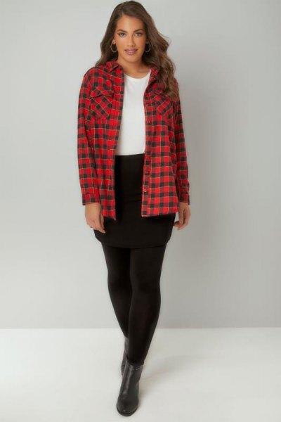 röd och svart rutig skjorta med leggings och korta läderstövlar