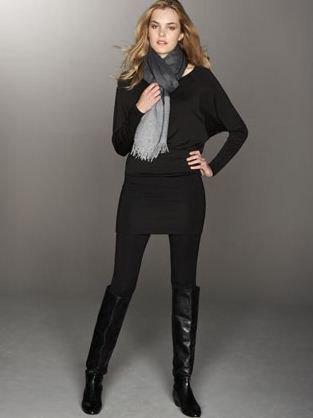 svart tröja med leggings och knähöga stövlar