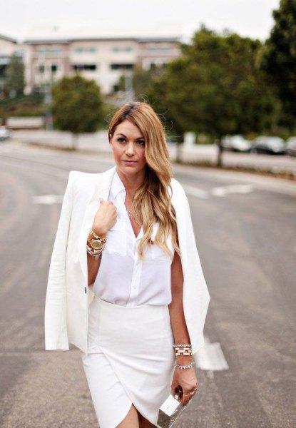 vit skjorta med knappar, matchande kostymjacka och omslags kjol