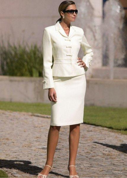 vit kjoldräkt med ljusrosa fotledsremmar och klackar med öppna tå