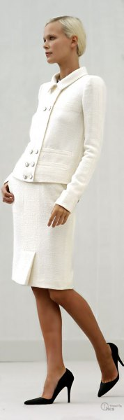 vit kavaj med matchande knälång kjol och svarta ballerinor