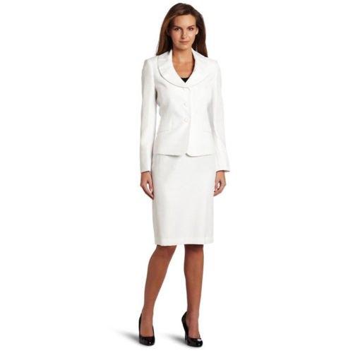 vit kavaj med rund krage, kjol och svarta, rundade läderklackar