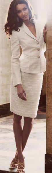 vit kjoldräkt med öppna tåremmar höga klackar