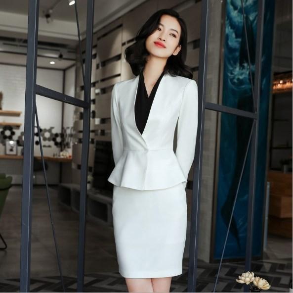 vit peplum kostymjacka med minikjol och svart blus
