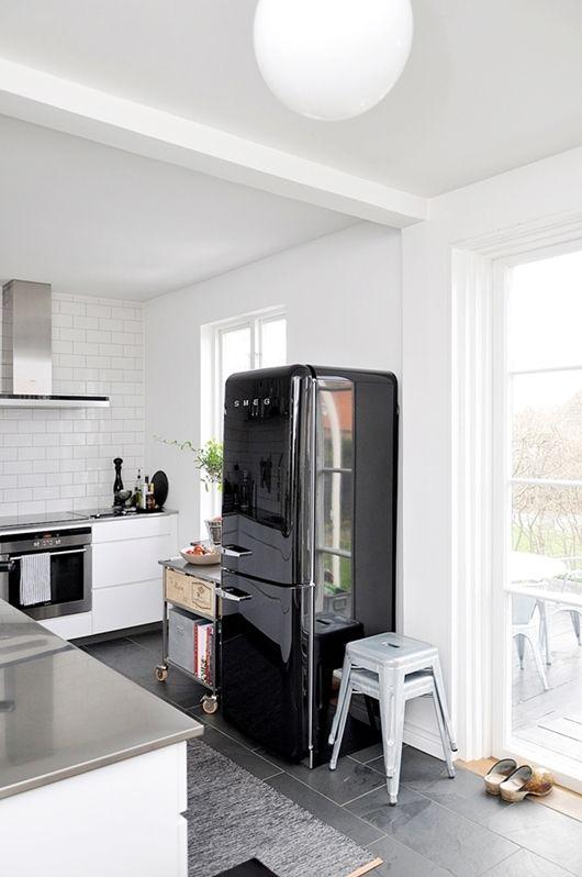Utsökt nordiskt hus    Svarta kylskåp, Smeg kylskåp, svart kitche
