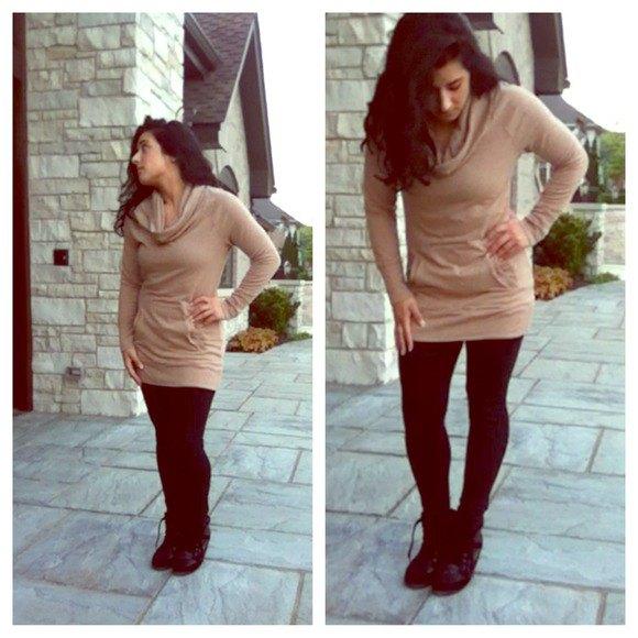 Ljusbrun tunikatröja med halsringning och svarta leggings