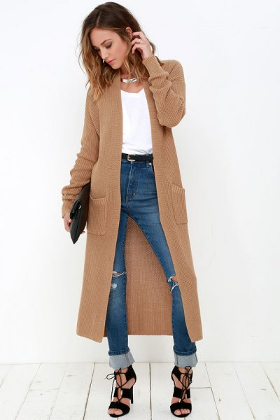brun maxikofta med blå jeans med höga muddar