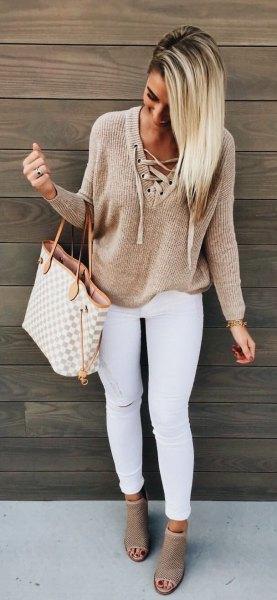 Ljusbrun snörningströja med vita skinny jeans