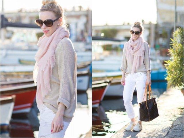 ljusbrun tröja med halsduk och vita jeans