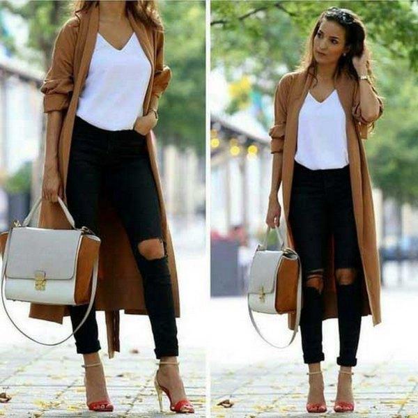 brun longline kofta med vit V-ringad T-shirt och smala jeans