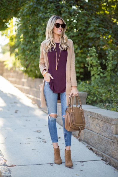 ljusbrun kofta med grå linne och rippade skinny jeans